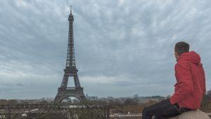 Ammirando la Torre Eiffel, il simbolo della città di Parigi