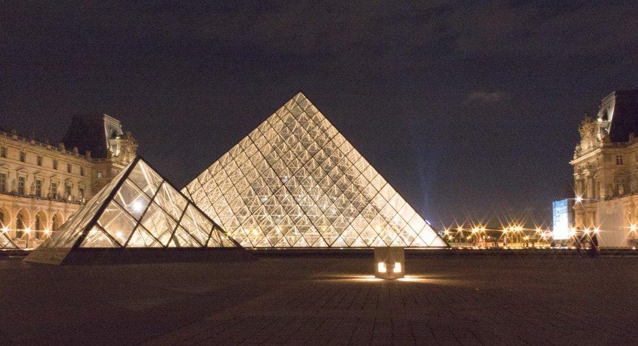 Piramide del Luovre di notte Stylentravel week end a Parigi