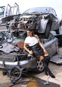 Cristina poggiata in macchina per la foto