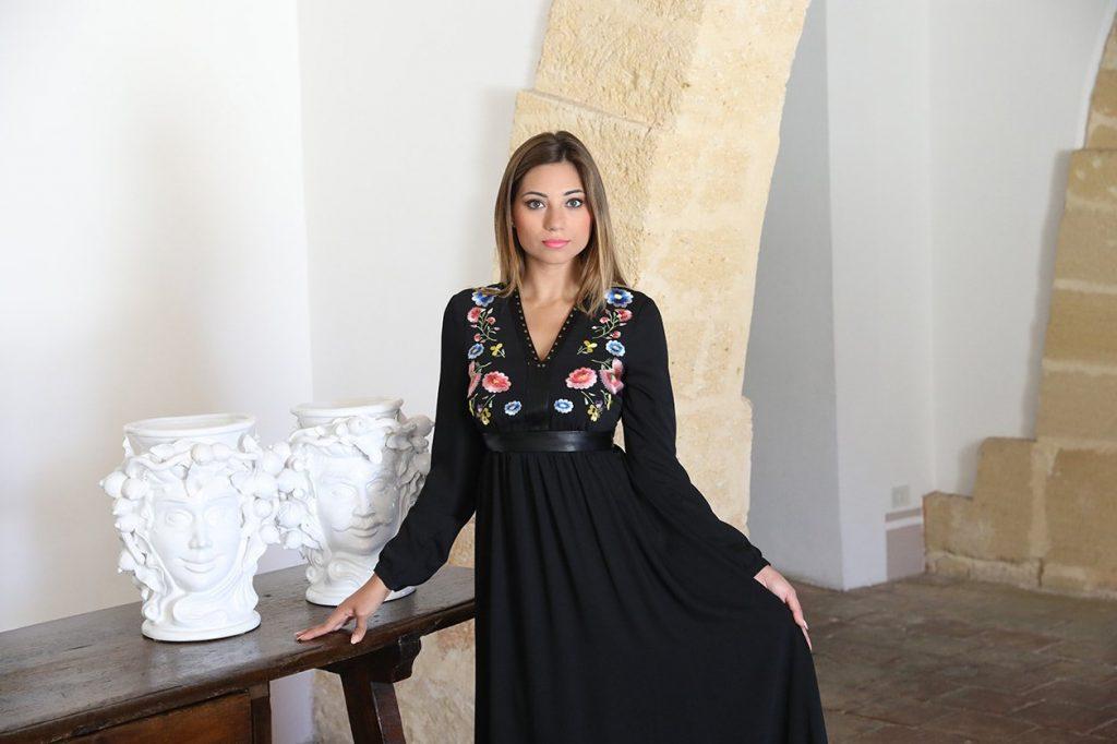 Cristina mostra i particolari del vestito