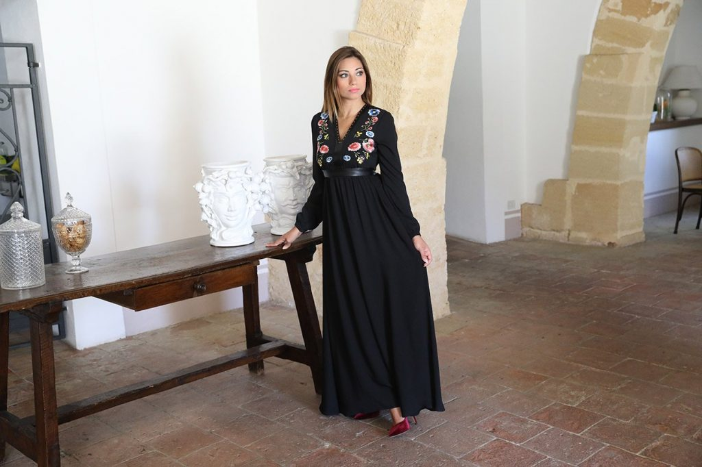 Cristina mostra un abito nero con decorazioni floreali scelto per San Valentino