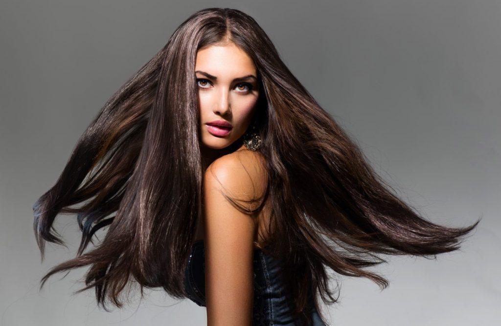 capelli con un taglio lungo